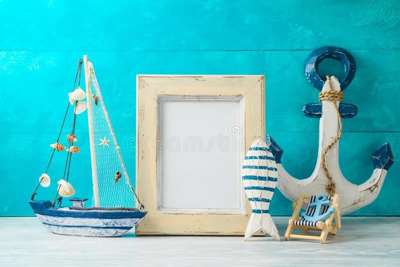 框架和船舶夏天装饰在木桌上 免版税图库摄影
