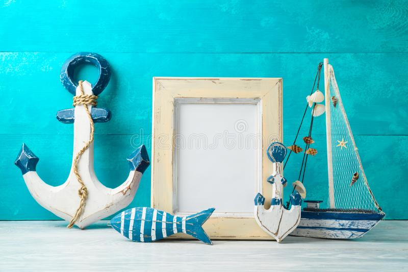 框架和船舶夏天装饰在木桌上 库存照片