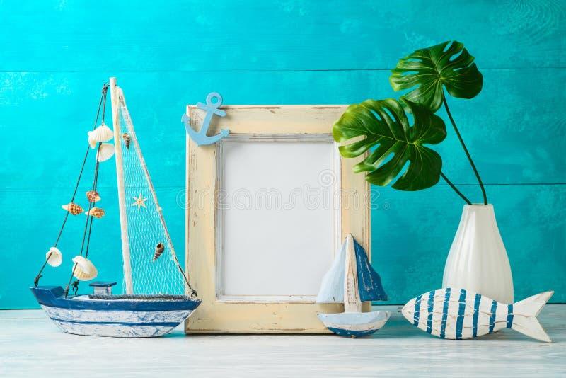 框架和船舶夏天装饰在木桌上 免版税库存图片