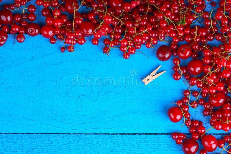 框架由与木晒衣夹的莓果做成 库存图片