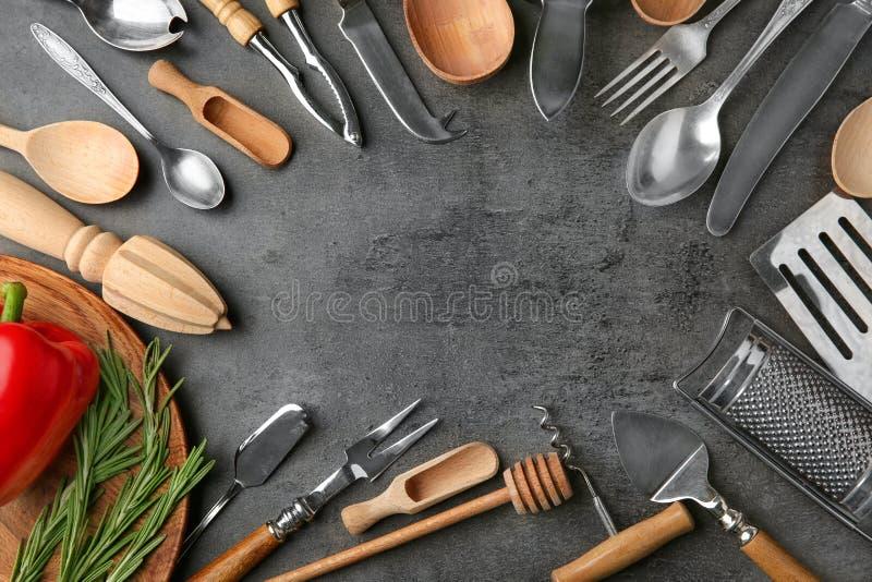 框架由各种各样的厨房器物制成在背景 免版税库存照片