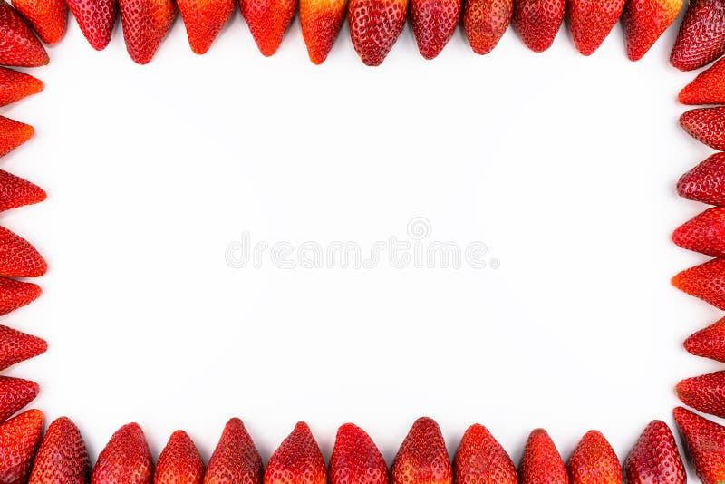 框架由新鲜的草莓,顶视图,平的位置做了,被隔绝在与拷贝空间的白色背景在中部 免版税库存图片