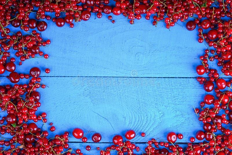 框架由红浆果和樱桃制成 免版税库存图片