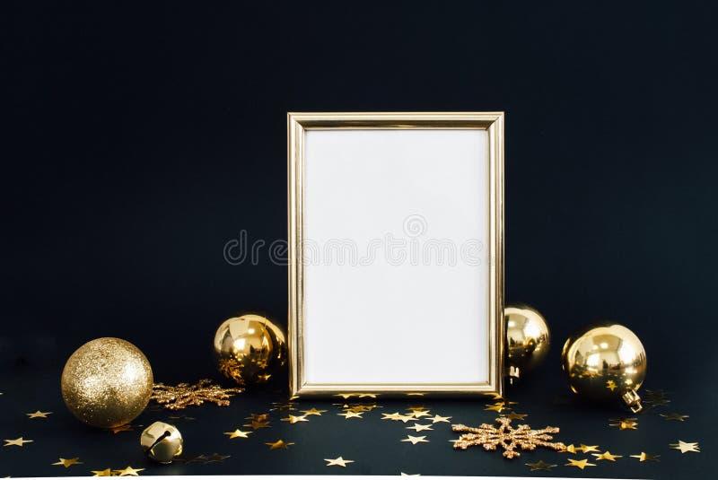 框架的嘲笑在与圣诞节装饰闪烁雪花、中看不中用的物品、响铃和星五彩纸屑的黑暗的背景 邀请,卡片 库存照片