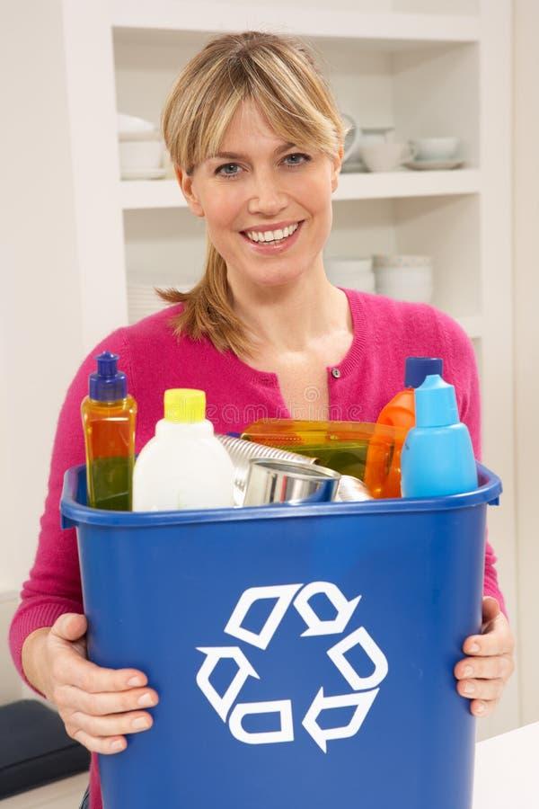 框藏品家庭recyling的废妇女 免版税库存照片