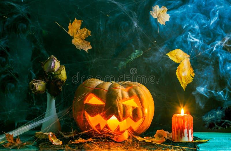 桌万圣夜照片用南瓜,灼烧的蜡烛,蜘蛛网 免版税库存图片