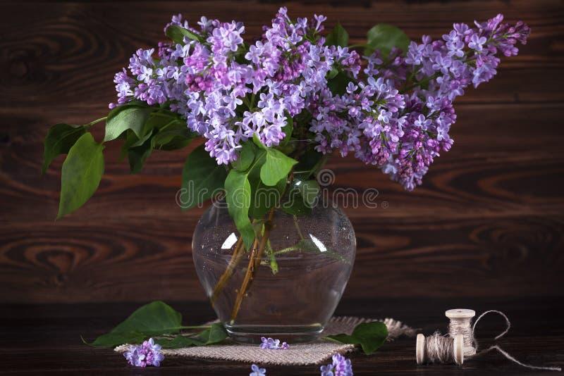 桌上一大束紫丁香 静物 免版税库存图片