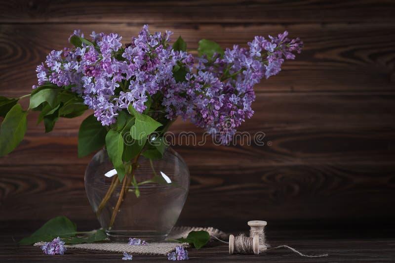 桌上一大束紫丁香 静物 免版税图库摄影