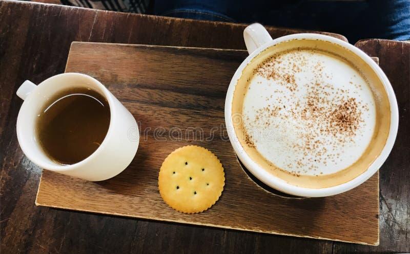 桌上咖啡杯和茶杯的特写 库存图片