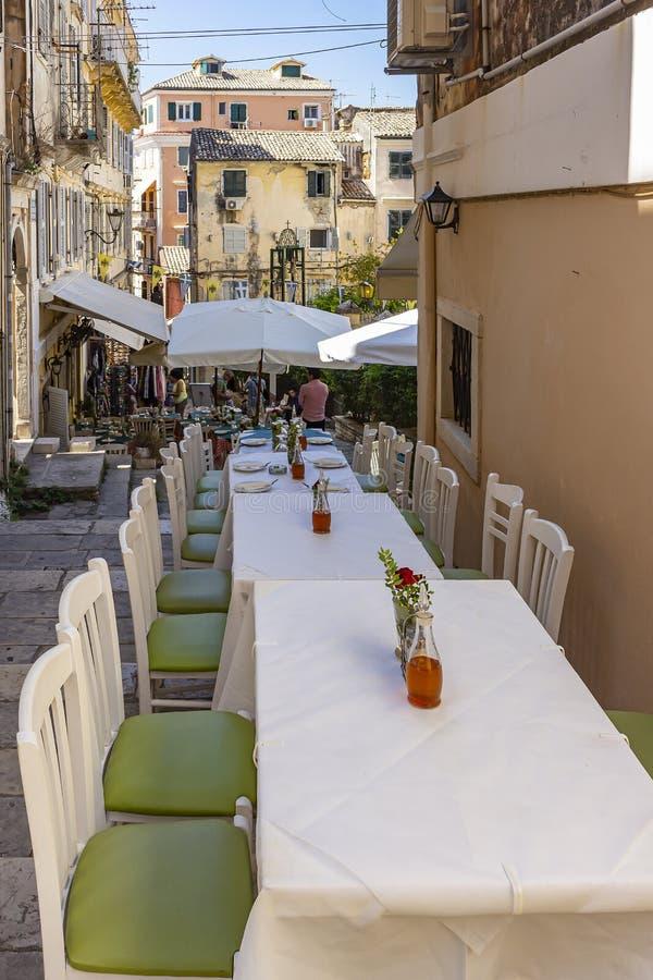 桌准备好科孚岛镇,科孚岛,希腊小街道的客人  库存照片