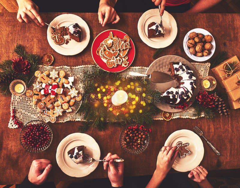 Download 桌大角度看法为圣诞节家庭晚餐服务 选项 库存图片. 图片 包括有 红色, 装饰, 烘烤, 照亮, 圣诞节 - 104287407