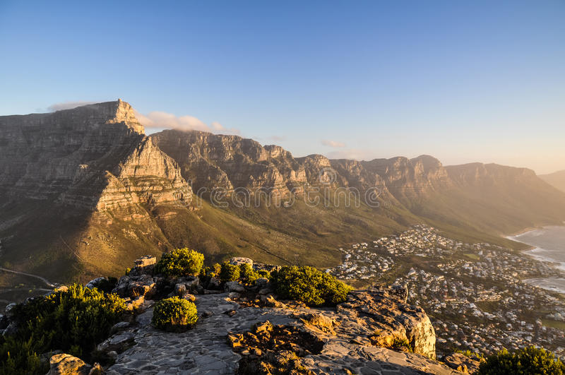 桌山在晚上太阳的开普敦,南非 免版税库存照片