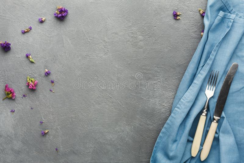 桌布和利器在灰色桌背景 免版税图库摄影
