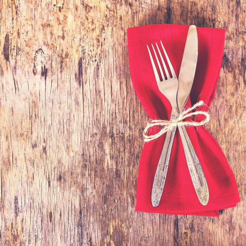 桌布置与红色餐巾 库存图片