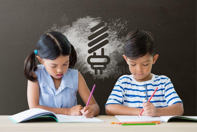 桌文字的学生反对有学校和教育图表的灰色黑板 库存例证