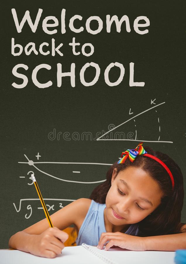桌文字的学生女孩反对有欢迎的绿色黑板到学校课文 库存例证