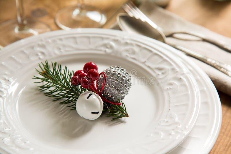 桌设置的圣诞节装饰品 库存照片