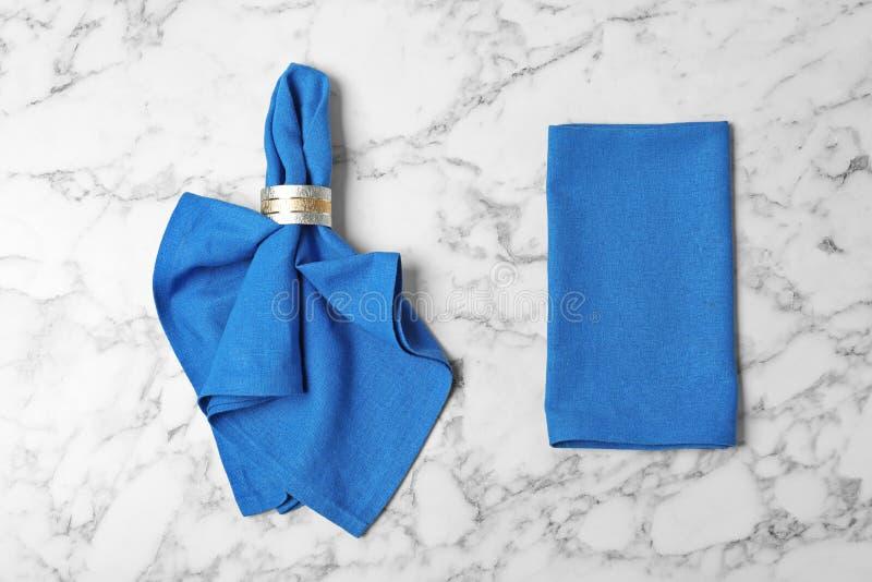 桌设置的织品餐巾在大理石背景 库存图片