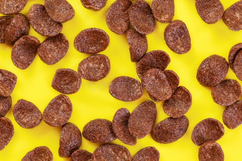 桌面照片,巧克力在黄色委员会的玉米片 免版税库存图片