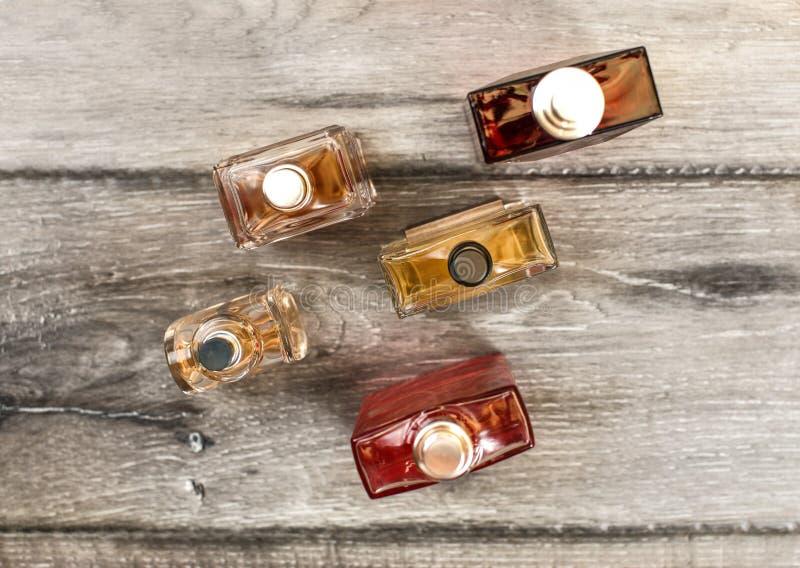 桌面看法,人芬芳五颜六色的瓶,在木公猪 图库摄影