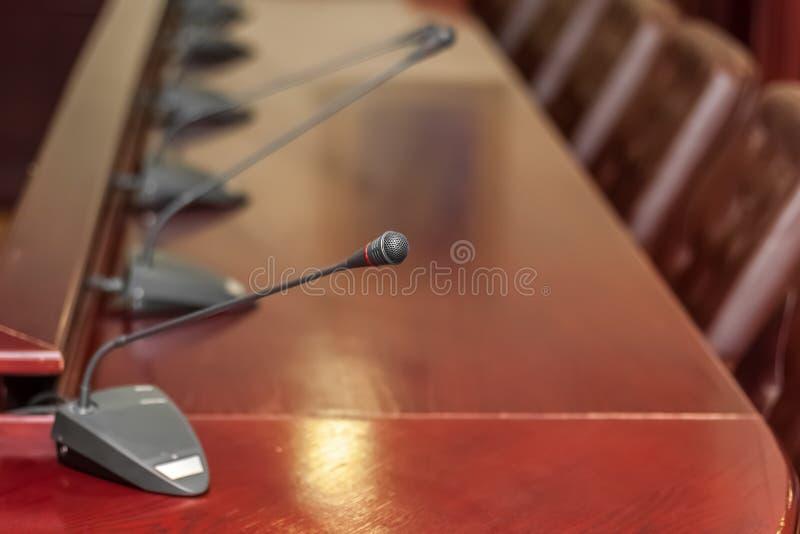 桌面话筒在会议室 库存图片