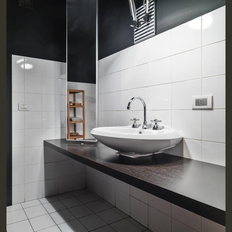 桌面水盆细节在modetn卫生间里 库存图片