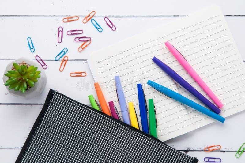 桌面flatlay与五颜六色的办公用品 免版税库存图片