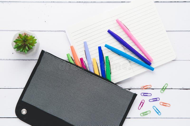 桌面flatlay与五颜六色的办公用品 库存照片