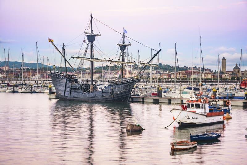 桑图尔特西,巴斯克地区,西班牙AUGUST31,2018-The港nao维多利亚,在1519和1522之间做t船的确切的拷贝 免版税库存图片
