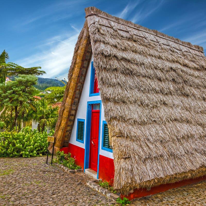 桑塔纳的马德拉岛,葡萄牙传统农村房子 日落竞争 库存照片