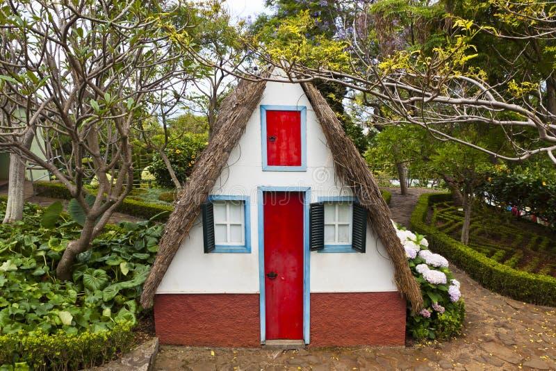 桑塔纳的马德拉岛,葡萄牙传统农村房子 库存图片