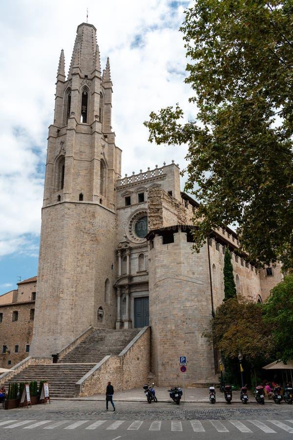 桑特菲利克斯牧师会主持的教堂,如被看见从街道,希罗纳,西班牙 免版税库存图片