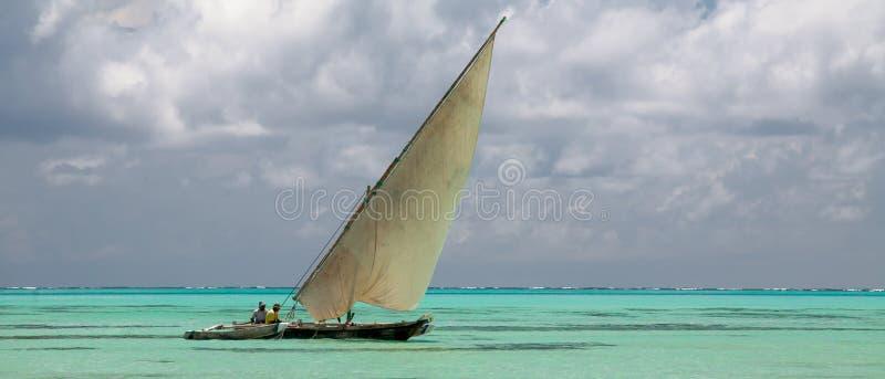 桑给巴尔岛我-印度洋和单桅三角帆船 免版税图库摄影
