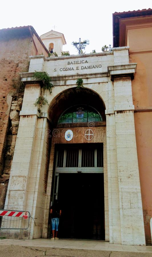 桑蒂科斯马埃达米亚诺大教堂是一个教会在古罗马广场,零件的合并原始的罗马大厦 免版税库存照片