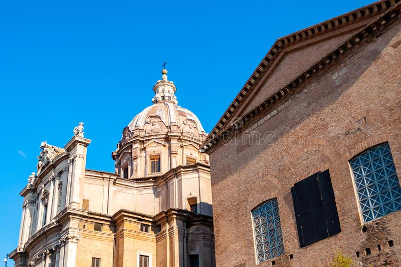 桑蒂路卡e马丁纳角是一个教会在罗马,意大利,位于在古罗马广场和凯撒论坛之间和接近曲拱  免版税库存照片