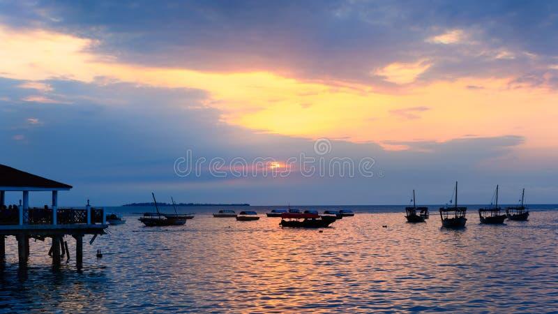 桑给巴尔典型的小船日落的 库存照片