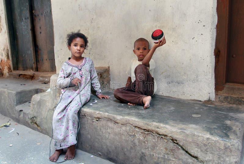 桑给巴尔桑给巴尔石头城,使用在街道镇的非洲孩子 免版税图库摄影