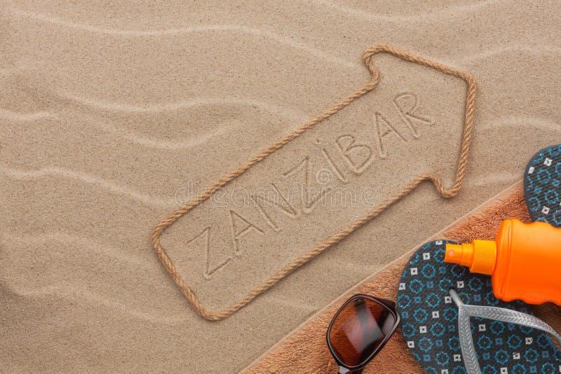 桑给巴尔说谎在沙子的尖和海滩辅助部件 库存照片
