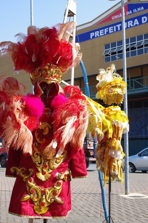 桑巴舞蹈家使用的狂欢节服装 免版税库存照片