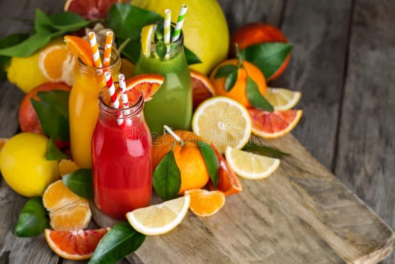 桔子、血橙汁和柠檬水 免版税库存图片