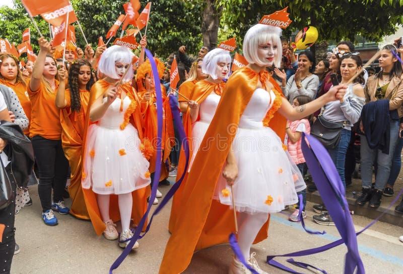 桔子上色跳舞在橙色开花狂欢节队伍的开头的神仙的女孩 阿达纳省在土耳其- 2019年4月6日 库存照片