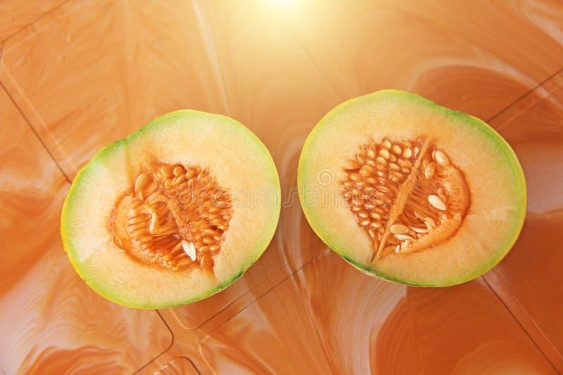 桔子与里面种子的裁减瓜 两个一半美丽我 免版税库存照片