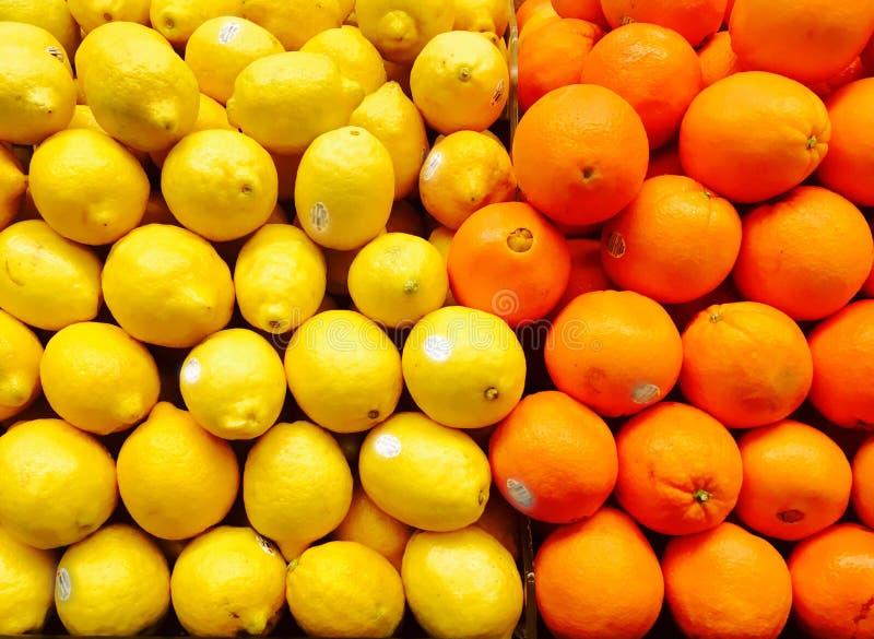 桔子和柠檬在超级市场 免版税库存图片