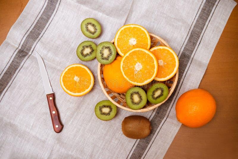 桔子和猕猴桃friuts在篮子 顶视图 免版税库存图片