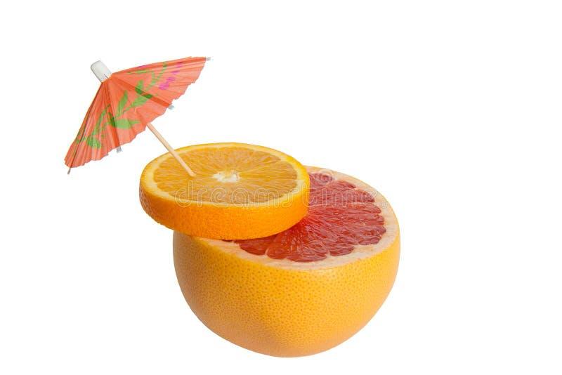 桔子和葡萄柚的混合 与伞的柑橘鸡尾酒 库存例证