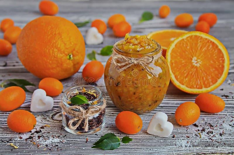 桔子蜜饯在一个玻璃瓶子的 库存图片