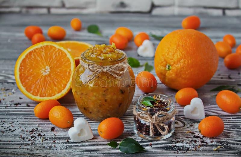 桔子蜜饯在一个玻璃瓶子的 库存照片
