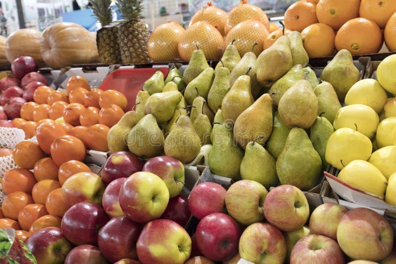 桔子,苹果,梨,菠萝,石榴,南瓜,在市场柜台的persimmonlie待售 免版税库存照片