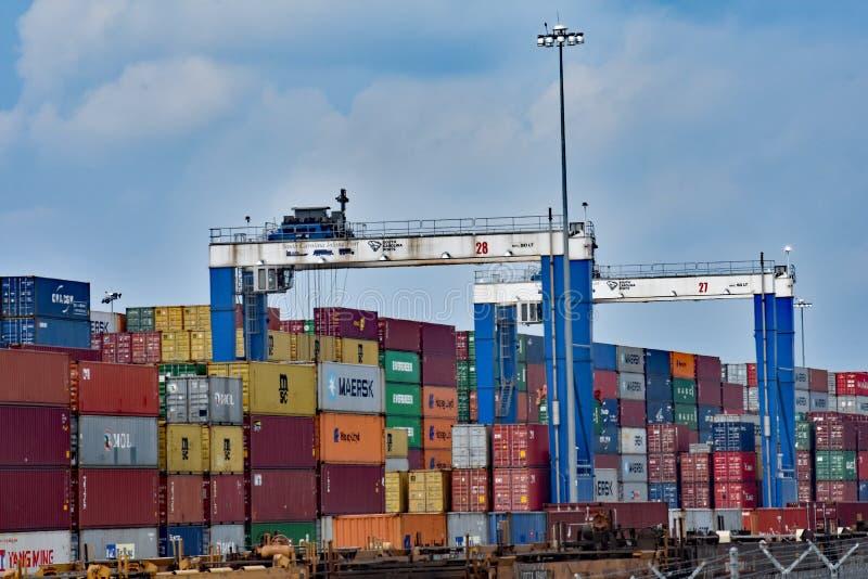桥式起重机和容器在内河港格里尔 免版税库存图片