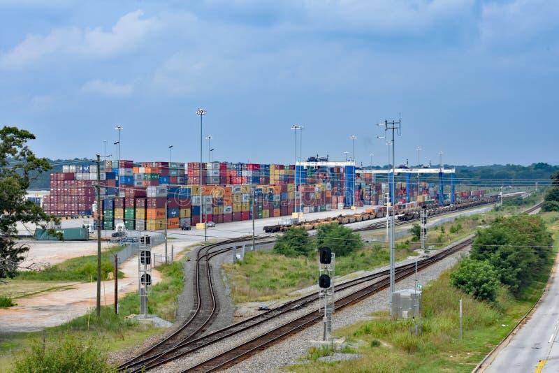 桥式起重机和容器在内河港格里尔 库存图片